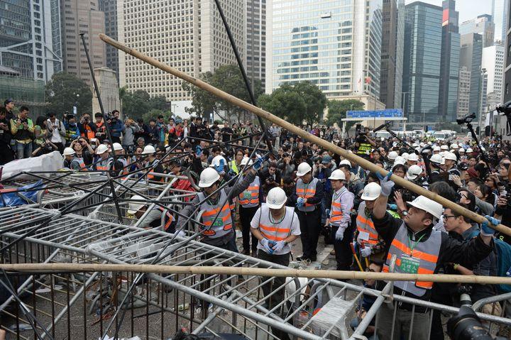 Les barricades des manifestants de Hong Kong sont démontées par les autorités, le 11 décembre 2014. (DALE DE LA REY / AFP)