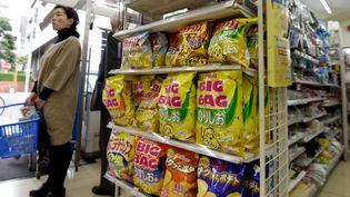 """A cause de plusieurs typhons, le Japon manque de pommes de terre, ce qui provoque une pénurie de """"potato chips"""", dont les habitants raffolent. (TORU YAMANAKA / AFP)"""