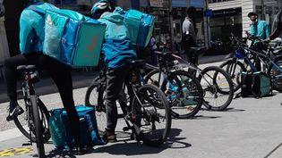 Des livreurs de Deliveroo en attente de commandes de Grenoble le 24 mai 2021 (LAURENT GALLIEN / FRANCE-BLEU ISÈRE)