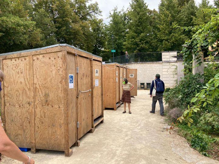 Les toilettes sèches des Journées d'été écologistes 2021. (VICTORIA KOUSSA / RADIO FRANCE)