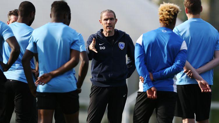 L'entraîneur d'Avranches Damien Ott motive ses joueurs avant d'affronter le PSG (CHARLY TRIBALLEAU / AFP)