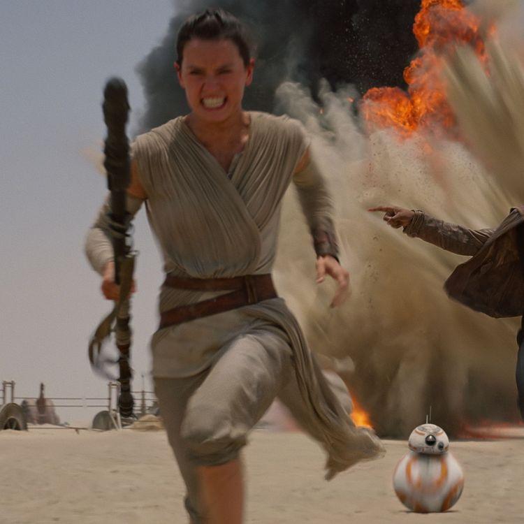 """Rey, Finn et BB-8, dans """"Star Wars VII : le Réveil de la Force"""". (WALT DISNEY PICTURES / LUCAS FILM)"""