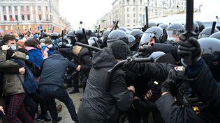 Des affrontements entre manifestantset policiers, le 23 janvier 2021, à Moscou (Russie). (KIRILL KUDRYAVTSEV / AFP)