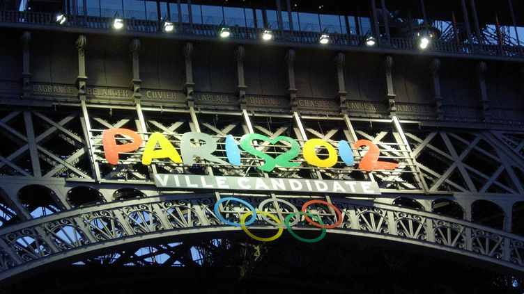 En juillet 2005, la candidature de Paris pour les Jeux olympiques de 2012 s'affiche même sur la Tour Eiffel (MAXPPP)