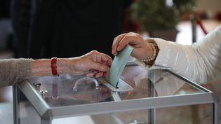Un bureau de vote du Touquet, le 26 mai 2019. (illustration) (LUDOVIC MARIN / AFP)