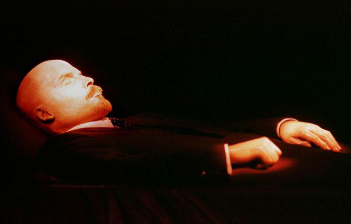 Le corps de Lénine embaumé et conservé depuis sa mort dans un mausolée à Moscou. (SERGEI KARPUKHIN / REUTERS)