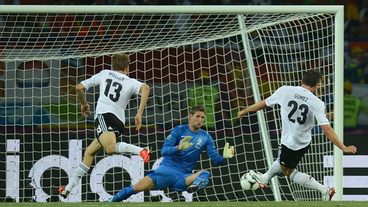 Mario Gomez (à droite) a ouvert le score avant de doubler la marque face aux Pays Bas, mercredi 13 juin 2012. (PATRIK STOLLARZ / AFP)
