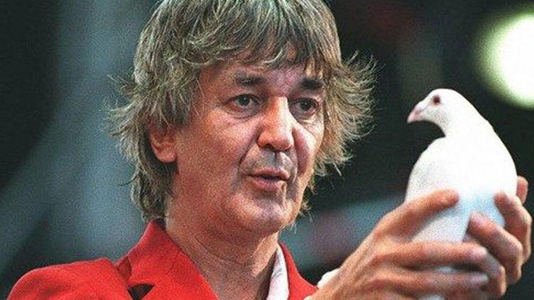 Jacques Higelin lâche une colombe lors d'une performance à La Rochelle en 1997.  (François Guillot / AFP)