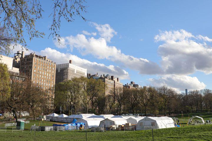 Un hôpital de campagne, installé sur les pelouses de Central Park (New York, Etats-Unis) pour faire face à l'épidémie de coronavirus, le 9 avril 2020. (WILLIAM VOLCOV / BRAZIL PHOTO PRESS / AFP)
