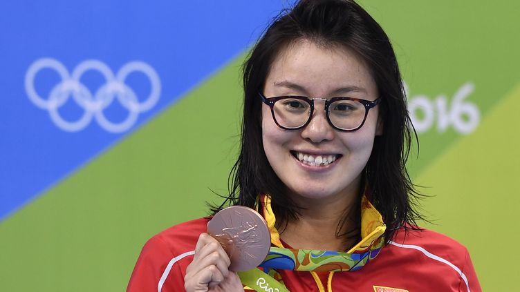 Lanageuse chinoise Fu Yuanhui pose avec sa médaille de bronze aux Jeux olympiques de Rio (Brésil), le 8 août 2016. (GABRIEL BOUYS / AFP)