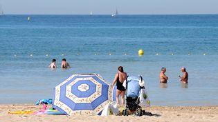Des personnes sur la plage du Prado à Marseille (Bouches-du-Rhône), le 16 août 2011. (Photo d'illustration) (MAXPPP)