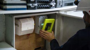 Un technicien installe un compteur électrique Linky dans une habitation à Sequedin (Nord), le 5 janvier 2018. (MAXPPP)