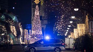 Une voiture de police bloque l'entrée du marchée de Noël à Berlin (Allemagne), le 20 décembre 2016. (BERND VON JUTRCZENKA / DPA / AFP)