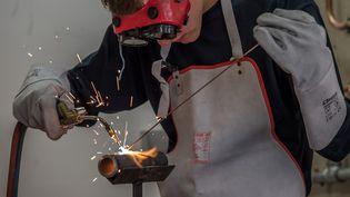 Un apprenti de l'Université régionale des métiers de l'artisanat, à Arras, en 2014. (PHILIPPE HUGUEN / AFP)