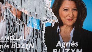 Une affiche électorale d'Agnès Buzyn, tête de liste de la majorité pour les élections municipales, déchirée. Photo prise à Paris le 14 mars 2020, veille du premier tour (JOEL SAGET / AFP)
