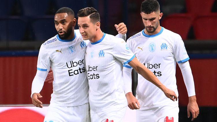Florian Thauvin félicité par ses coéquipiers (FRANCK FIFE / AFP)
