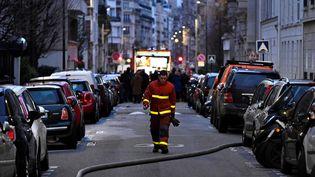 Un sapeur-pompier dans le 16e arrondissement de Paris, le 5 février 2019, après un incendie dans un immeuble d'habitation. (MUSTAFA YALCIN / ANADOLU AGENCY / AFP)
