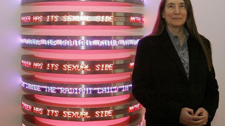 L'artiste américaineJenny Holzer pose devant l'une de ses œuvres, à la fondation Beyeler, à Riehen (Suisse), le 30 octobre 2009. (ARND WIEGMANN / REUTERS)