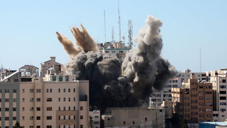 L'immeuble abritant les locaux des médias Al-Jazeera et Associated Press à Gaza est détruit par une frappe israélienne, le 15 mai 2021. (MAJDI FATHI / NURPHOTO / AFP)