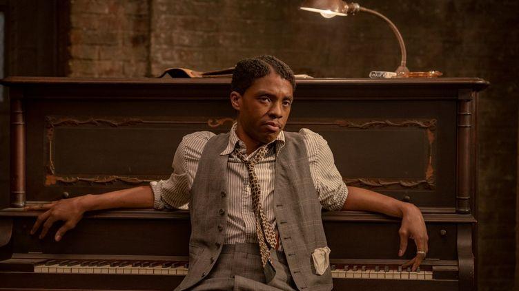 "Chadwick Boseman dans ""Le Blue de Ma Rainey"" (© DAVID LEE © 2020 NETFLIX, INC.)"