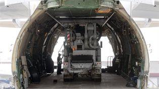 Une pompe us chargée dans un avion à Atlanta (E-U) pour aller assister les travaux à Fukushima, le 8/4/11 (AFP/ERIC S.LESSER)