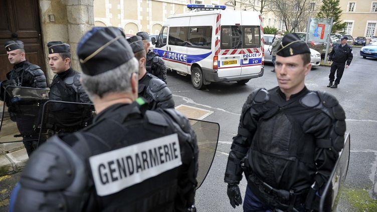 Des policiers assurent la sécurité devant letribunal de Bourges où deux jeunes ont été mis en examen, le 16 février 2012, après le meurtre d'un lycéen. (STEPHANIE PARA / MAXPPP)