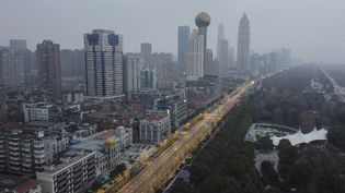 Vue aérienne de la ville de Wuhan (Chine) aux avenuescomplètement vides, le 27 janvier 2020. (HECTOR RETAMAL / AFP)