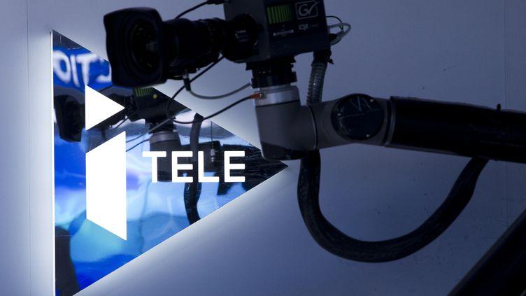 Une caméra dans le siège de la chaîne d'information i-Télé, à Boulogne-Billancourt (Hauts-de-Seine), le 9 décembre 2015. (KENZO TRIBOUILLARD / AFP)