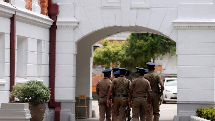 Des policiers sri lankais effectuent des recherches avant la réouverture d'écoles publiques, à Colombo (Sri Lanka), le 5 mai 2019. (DINUKA LIYANAWATTE / REUTERS)
