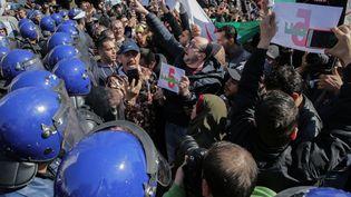Des manifestants protestent contre la candidature d'Abdelaziz Bouteflika à un cinquième mandat de président de l'Algérie, le 22 février 2019 à Alger. (FAROUK BATICHE / DPA)
