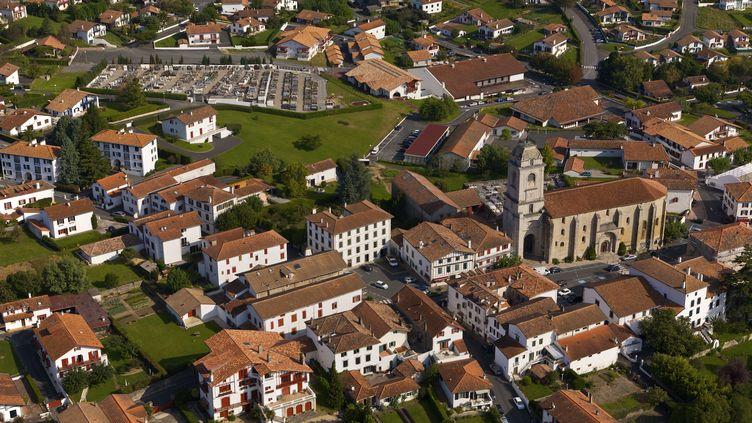 Vue d'Urrugne dans les Pyrénées atlantiques. (DIGOIT, O. / ARCO IMAGES GMBH)