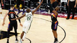 Chris Paul (à droite) face à Khris Middleton (à gauche) le 10 février dernier lors de la rencontre de saison régulière entre les Phoenix Suns et les Milwaukee Bucks. (CHRISTIAN PETERSEN / GETTY IMAGES NORTH AMERICA / AFP)