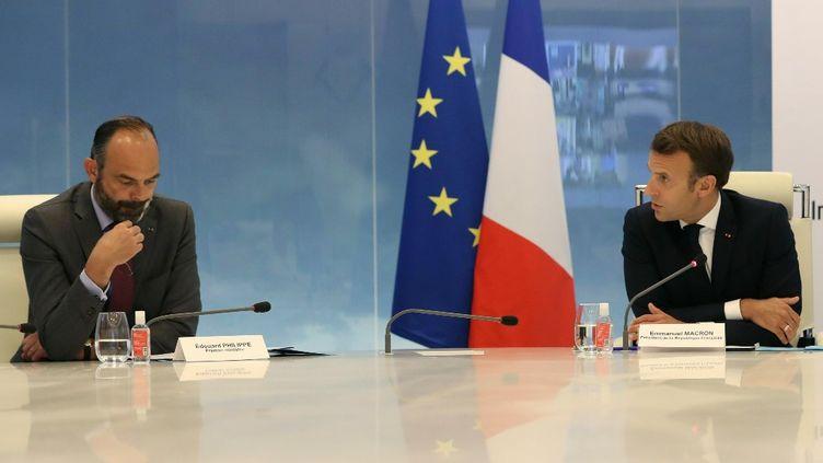Le Premier ministre Edouard Philippe et le chef de l'Etat Emmanuel Macron, le 13 mai 2020, lors d'une vidéoconférence avec les préfets de région sur la crise liée au coronavirus. (LUDOVIC MARIN / AFP)
