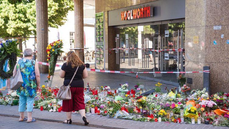 Des fleurs sur les lieux de l'attaque, le 28 juin 2021 à Wurztbourg (Allemagne). (NICOLAS ARMER / DPA / AFP)
