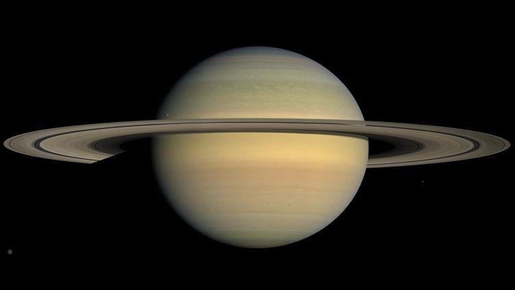 En 2004, Cassini arrive enfin au voisinage de Saturne. Elle va pouvoir commencer entrer dans le vif du sujet : observer la planète, ses anneaux et et ses satellites. (NASA / JPL / SPACE SCIENCE INSTITUTE)