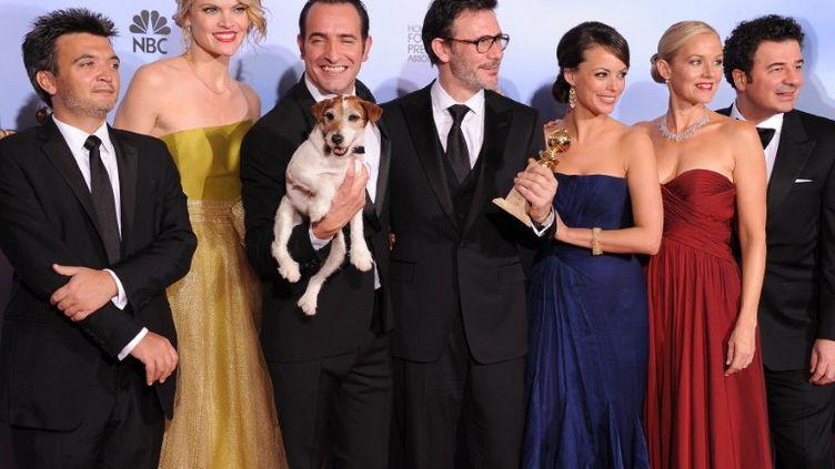 """L'équipe du film """"The Artist"""" célèbre ses trois récompenses aux Golden Globes de Los Angeles (Etats-Unis), le 16 janvier 2012. (ROBYN BECK / AFP)"""