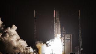 Une fusée Ariane 5 décolle de Kourou, en Guyane, le 18 février 2020. (JODY AMIET / AFP)