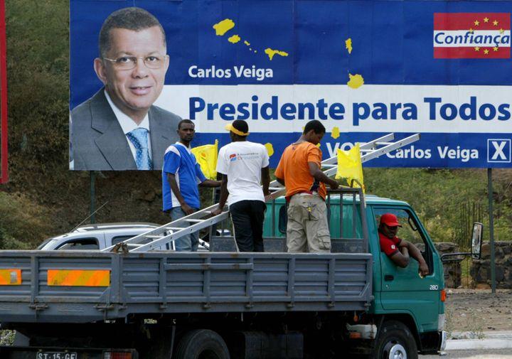 Campagne électorale pour la présidentielle de février 2006 au Cap Vert. Carlos Veiga, Premier ministre de 1991 à 2000, est le descendant d'immigrants juifs originaires de Gibraltar, arrivés au Cap Vert au début duXIXesiècle. (SEYLLOU DIALLO / AFP)