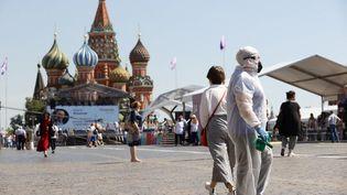 Des personnes portant un masque visitent un salon du livre sur la place Rouge à Moscou (Russie), le 18 juin 2021. (SEFA KARACAN / ANADOLU AGENCY / AFP)