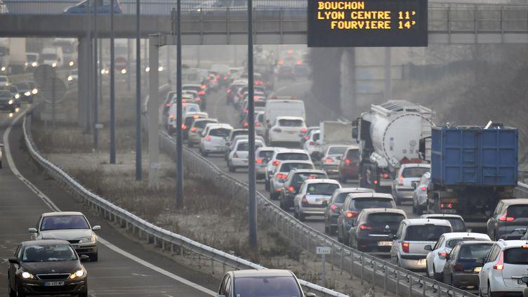 Des embouteillages à Lyon, le 24 janvier 2017 (illustration). (PHILIPPE DESMAZES / AFP)