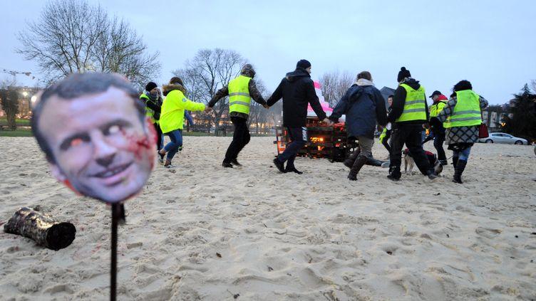"""À Angoulême, le 22 décembre 2018, des gilets jaunesont mis en scène """"un procès"""" duprésident de la République. (DEQUIER LOIC  / MAXPPP)"""