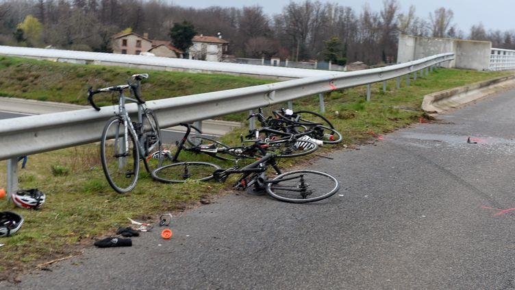 Des vélos appartenant au groupe de cyclistes fauchés le 17 mars 2021 à Saint-Just-Saint-Rambert (Loire). (MAXPPP)