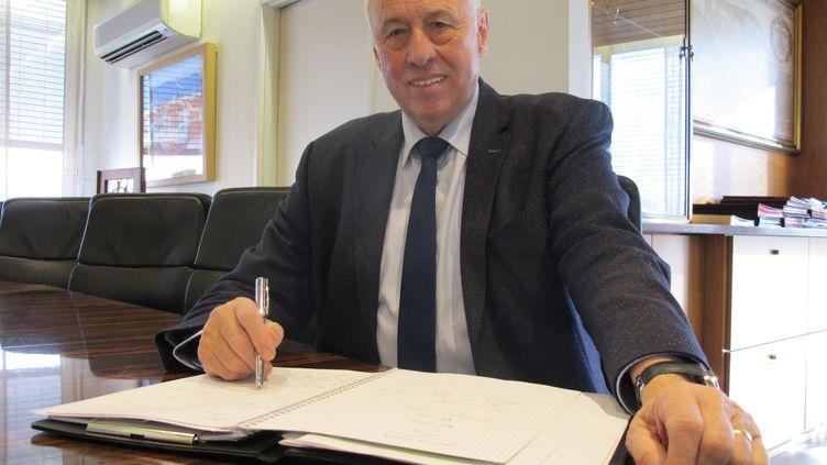 Jean-Marie Zoellé dans son bureau de la mairie de Saint-Louis (Haut-Rhin), le 3 décembre 2019, lors de l'annonce de sa candidature à sa succession. (MAXPPP)
