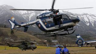 Un hélicoptère de la gendarmerie atterrit à Seyne-les-Alpes (Alpes-de-Haute-Provence), près de l'endroit où un Airbus A320 s'est écrasé avec 150 personnes à son bord, le 24 mars 2015. (JEAN-PAUL PELISSIER / REUTERS)