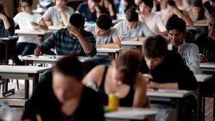 Des élèves de terminale débutent l'épreuve de philosophie, au baccalauréat, à Paris, le 16 juin 2011. (MARTIN BUREAU / AFP)