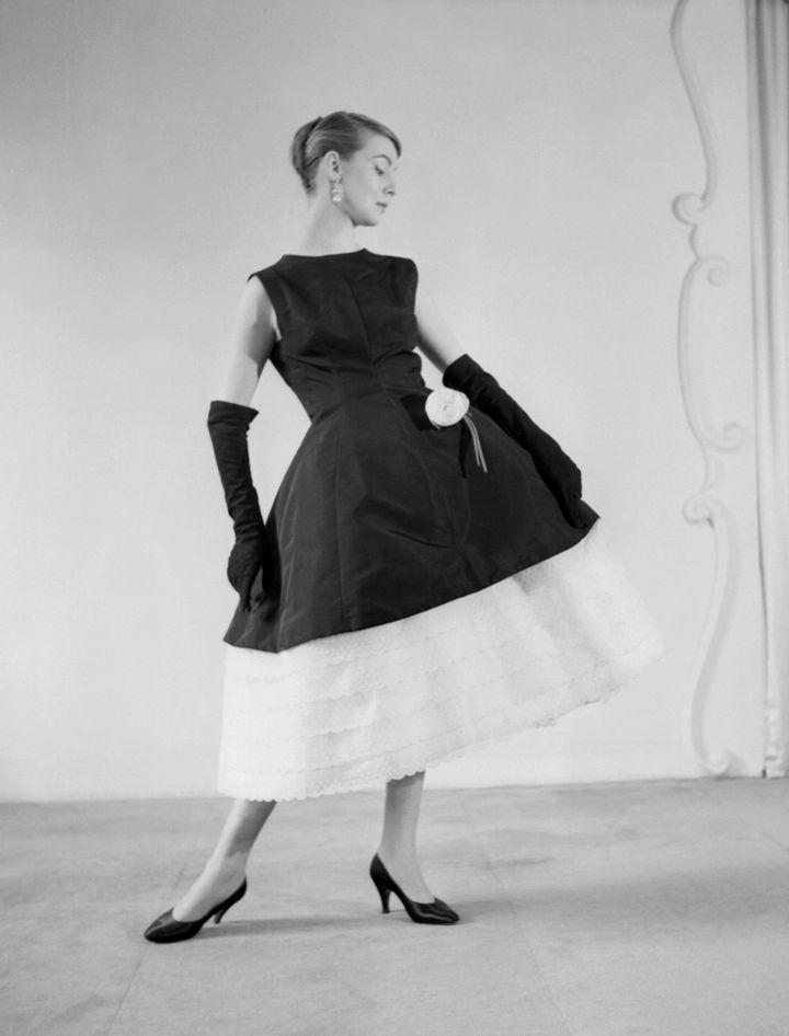 Robe en faille noirée signée Cristobal Balenciaga, 1956  (INTERCONTINENTALE / AFP)