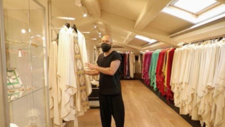 À 45 ans,Filippo Sorcinelliest styliste de mode. Couturier, il conçoit toutes les tenues du Pape François au Vatican. (FRANCE 2)