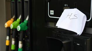 Une pompe à essence hors-service, à Quimper, à cause du blocage du dépôt pétrolier deVern-sur-Seiche. (FRED TANNEAU / AFP)