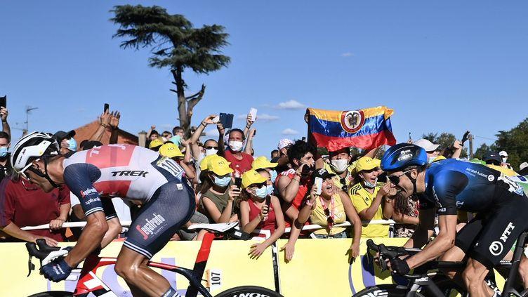 Des spectateurs lors de la 11e étape du Tour de France 2020, entre Châtelaillon-Plage et Poitiers. (MARCO BERTORELLO / AFP)
