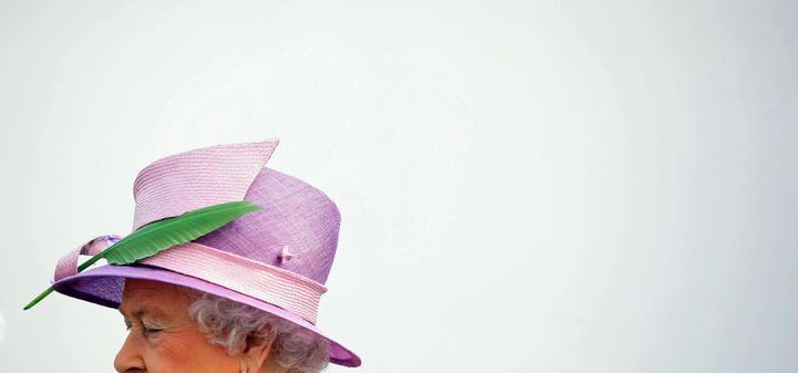 (Connue pour sa vaste collection de chapeaux, la reine apparaît rarement deux fois avec le même. © REUTERS/Cathal McNaughton)